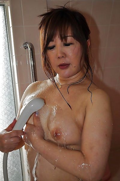 Asian MILF has some nipples..