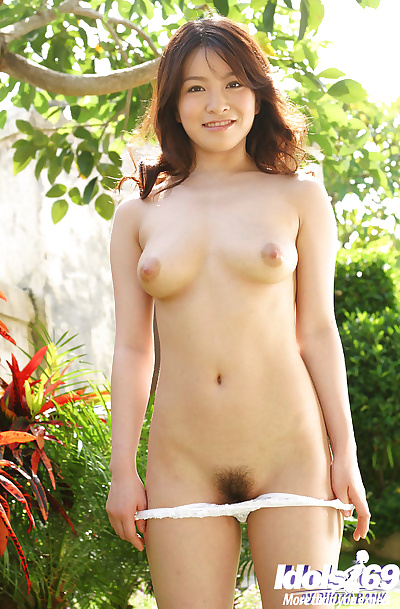 Enticing asian babe Yui..